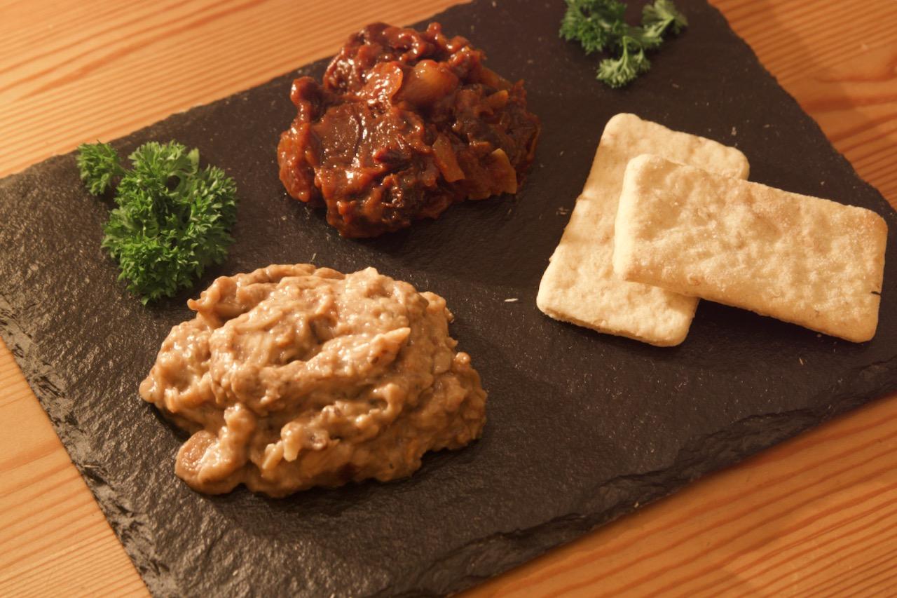 Waldpilz-Paté mit Backpflaumen-Chutney und Oatcakes