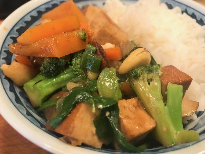 Kürbis-Gemüsepfanne mit Räuchertofuwürfeln