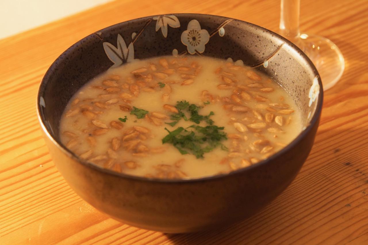 Stilton-Salbei-Suppe mit gebratenen Sonnenblumenkernen