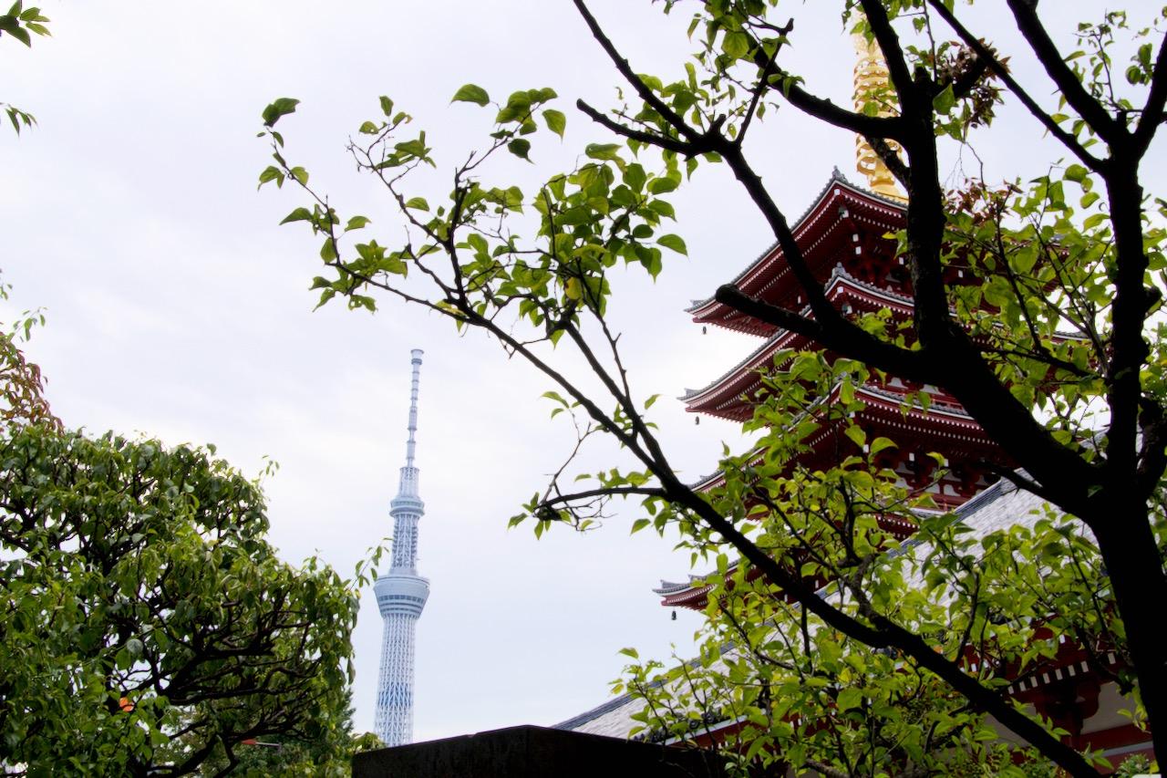 Tempelpagode mit Tokyo Skytree im Hintergrund
